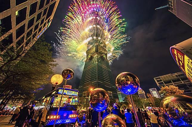 ▲台北101於5日啟動「新年驚豔101 #Surprise 101」點燈儀式,要讓民眾一路從聖誕節、元旦新年、農曆春節玩到元宵節。(圖/台北101提供)