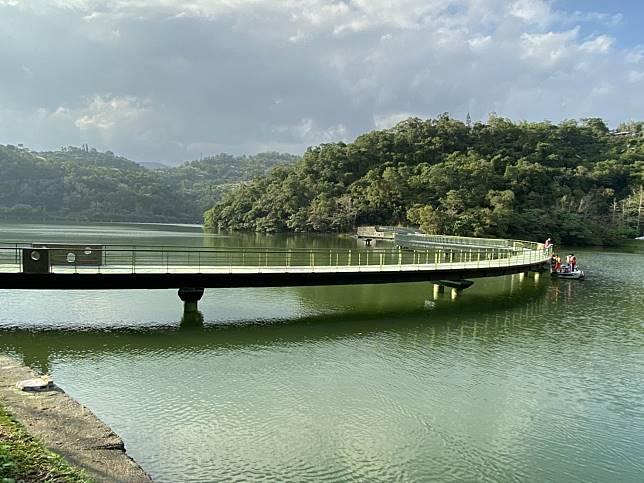 龍潭湖跨湖棧橋如巨龍盤旋跨越湖中